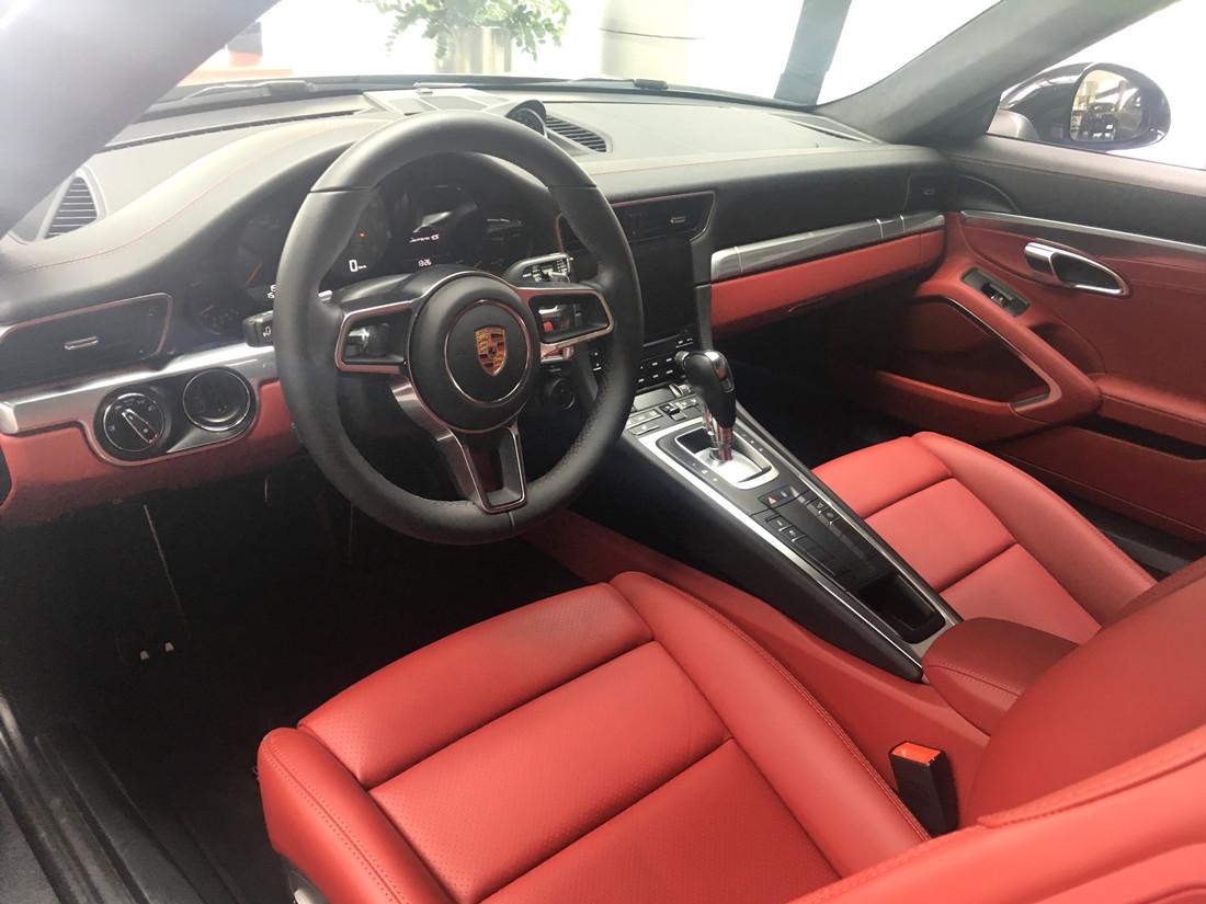 保时捷 911 Carrera 4S 黑外红内 现车销售:车辆于2016年4月份生产,仪表里程18公里。车辆配置总价169.51万元,现车优惠11个点,优惠后售价150.86万元;4S店加装全景倒车影像+全景行车记录仪(20800元),销售总价为152.94万元;月底前购买送价值32100元的保时捷凌驾风雪活动一次,时间为2017年3月份。通过恩佐网购买的车型都是正规品牌4S店付款提车,享受保时捷官方质保售后服务。 车辆详细配置单:黑玉色金属漆(15800元)、黑色/波尔多红色真皮内饰组件(34800元