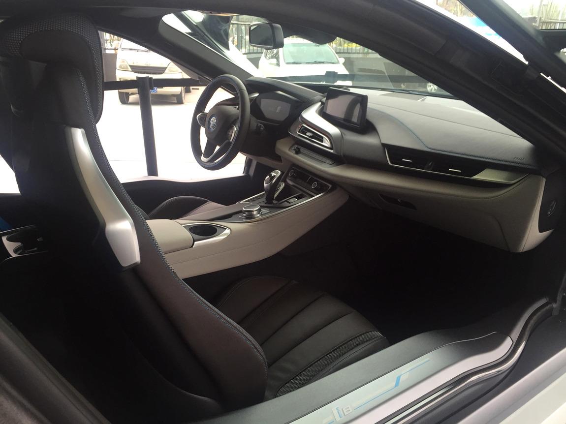 宝马i8内饰设计运动性,时尚性和可持续性--这款未来跑车背后的设计
